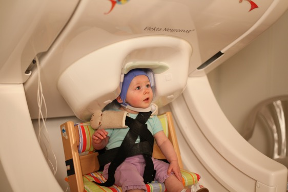 イメージ|脳を測定してもらっている赤ちゃん