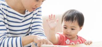 スマホで学習する幼児のイメージ