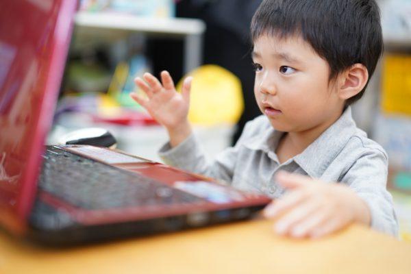 家庭での英語インプットは、プリスクールでのESL学習効果を高めることができる