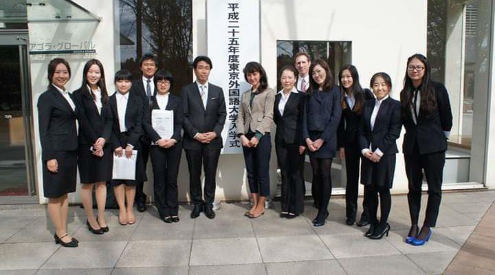 東京外国語大学の入学式での岡田先生の記念写真