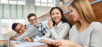 留学生と交流する生徒たちのイメージ