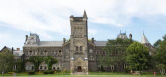 トロント大学の校舎の写真