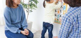 親子で一緒に英語学習をするイメージ