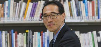 浜野先生のお写真。研究室にて。