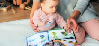 バイリンガル環境で育つ赤ちゃんのイメージ