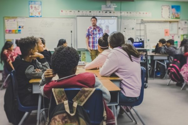 教室環境で第二言語の語彙を増やす