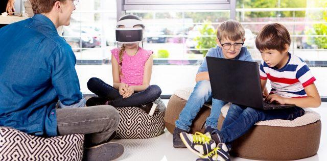 周囲のものや人との関わりを通じて子どもと同じように学ぶ
