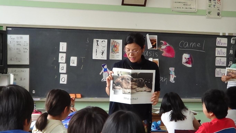 小学校で英語の授業を行うアレン玉井教授
