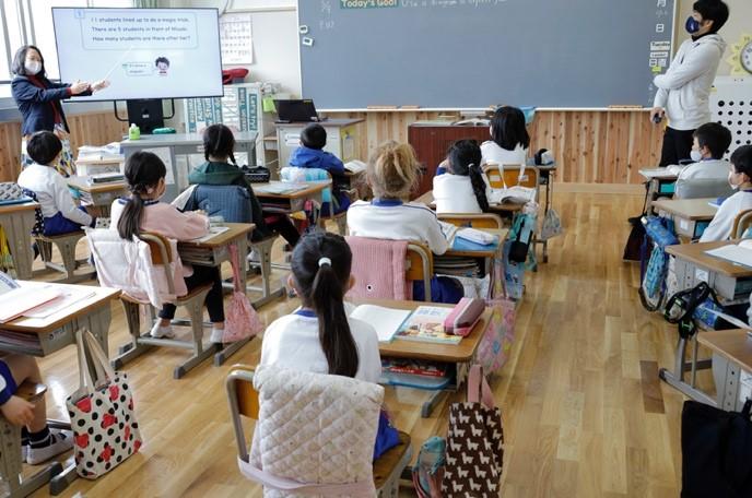 子どもの英語レベルにあわせた、丁寧な指導の様子(八町小学校)