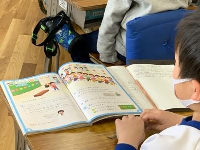 使っている教科書は日本語のもの(八町小学校)