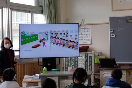 英語を用いたデジタル教材による授業の様子(八町小学校)