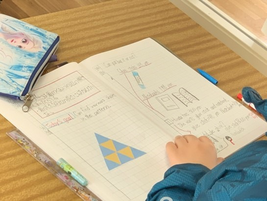 子どものノートには英語と日本語の両方が使われている(八町小学校)