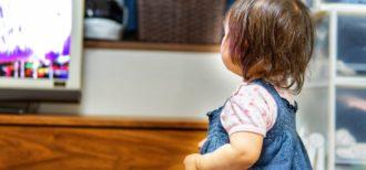 映像を見ながら英語を学習する子供のイメージ画像