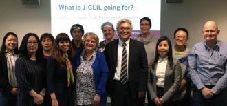 笹島先生と日本CLIL教育学会の皆様のお写真